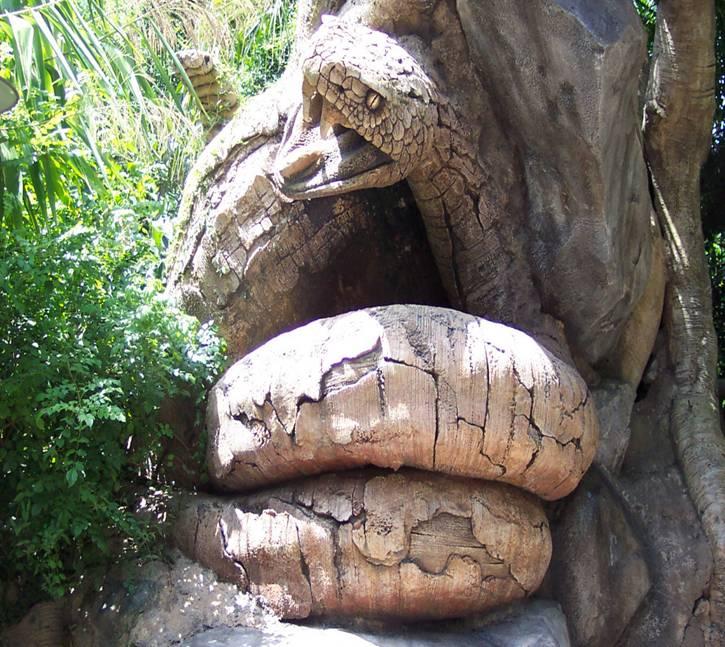 اغرب شجرة بالعالم عليها نقوش تجسد أكثر أنواع الحيوانات